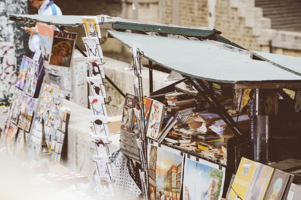 Ein Marktstand mit Kunstwerken und Postkarten