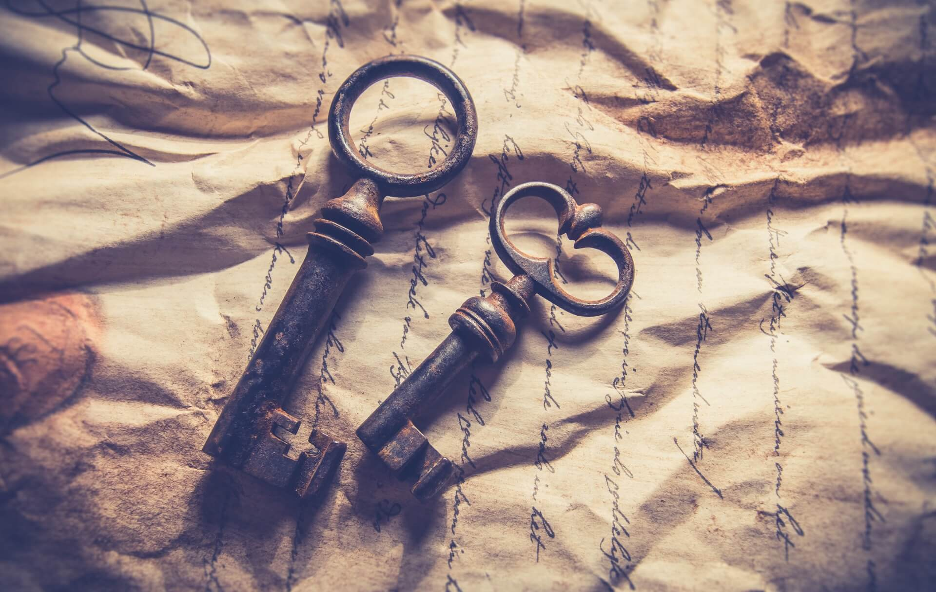 Wortschatz verbessern - Zwei Schlüssel liegen auf einem zerknitterten Brief