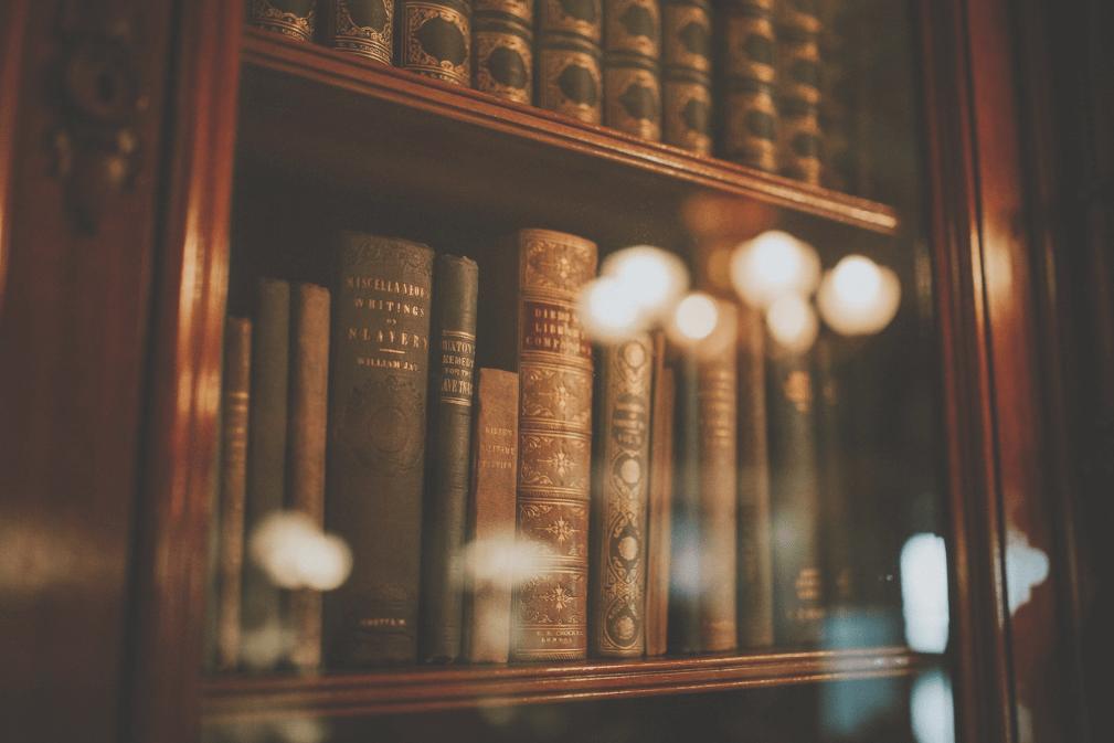 Antike Bücher in einer Glasvitrine