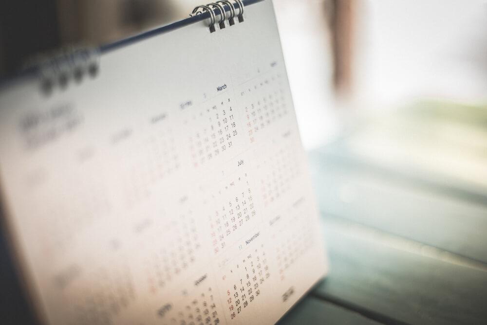 Ein Tischkalender zeigt eine Jahresübersicht