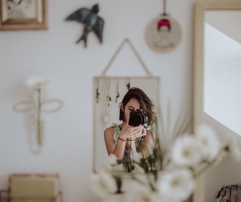 Kurzprosa schreiben - Frau fotografiert ihr Spiegelbild