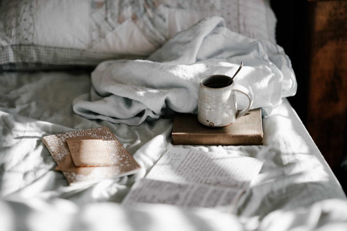 Journaling-Routine: Notizbücher auf einem Bett